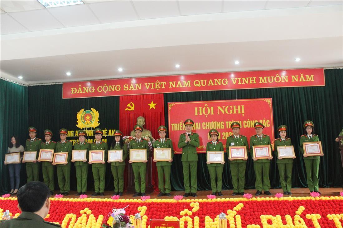 Đại tá Cao Minh Huyền, Phó Giám đốc Công an tỉnh trao các danh hiệu cho tập thể, cá nhân có thành tích xuất sắc
