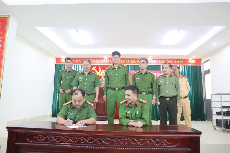 Chỉ huy các Đội nghiệp vụ, các tổ chức đoàn thể và Trưởng công an 21 xã, thị trấn đã ký cam kết thực hiện các nội dung CCHC trong năm 2021