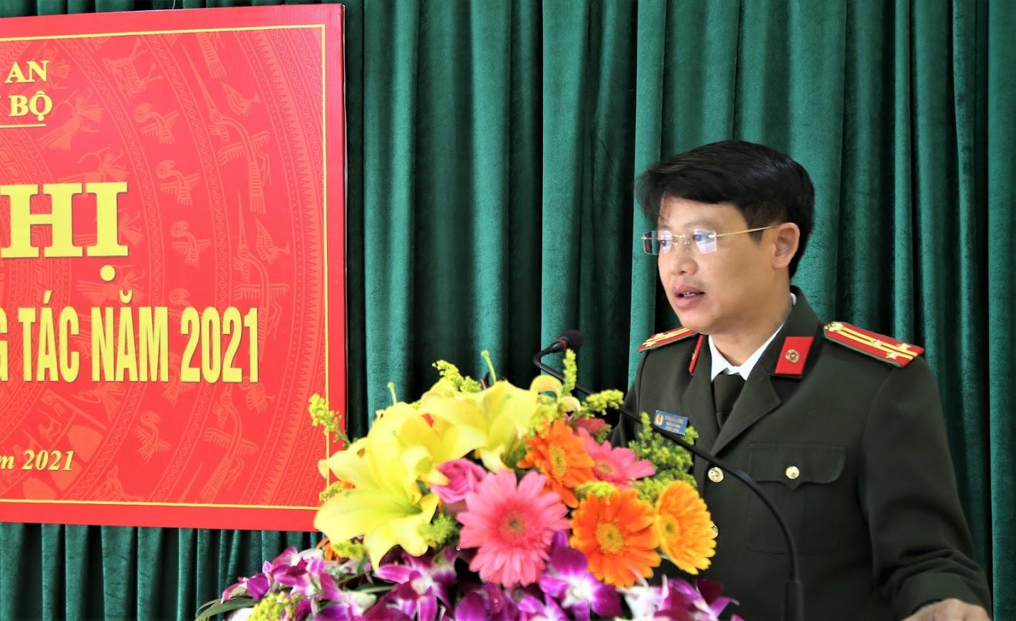 Thượng tá Đinh Anh Dũng, Trưởng Phòng Tổ chức cán bộ báo cáo kết quả công tác của đơn vị trong năm 2020