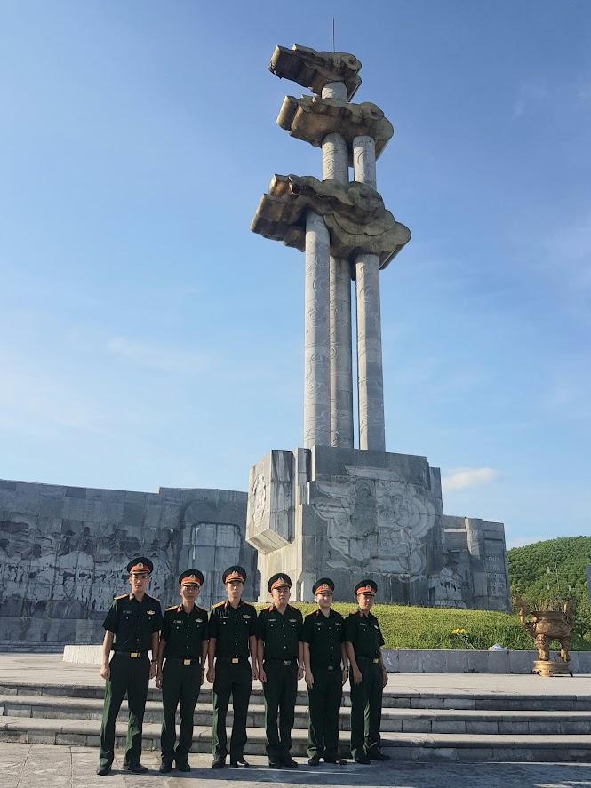 Cán bộ, nhân viên Viện KSQS khu vưc 41 dâng hoa, dâng hương tại Đài tưởng niệm khu di tích lịch sử Truông Bồn