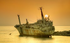 Затонувшее судно у берега Пейи