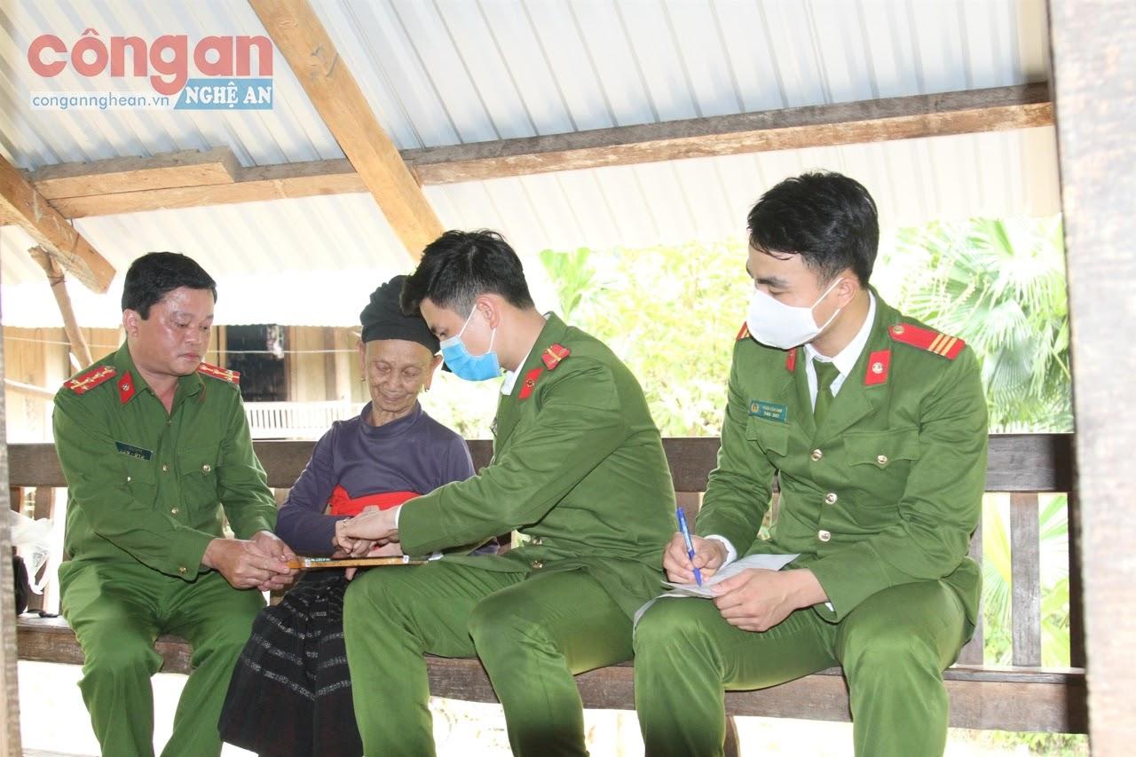 Cán bộ Công an huyện Tương Dương đến tận nhà làm thủ tục cấp phát CMND miễn phí cho người dân