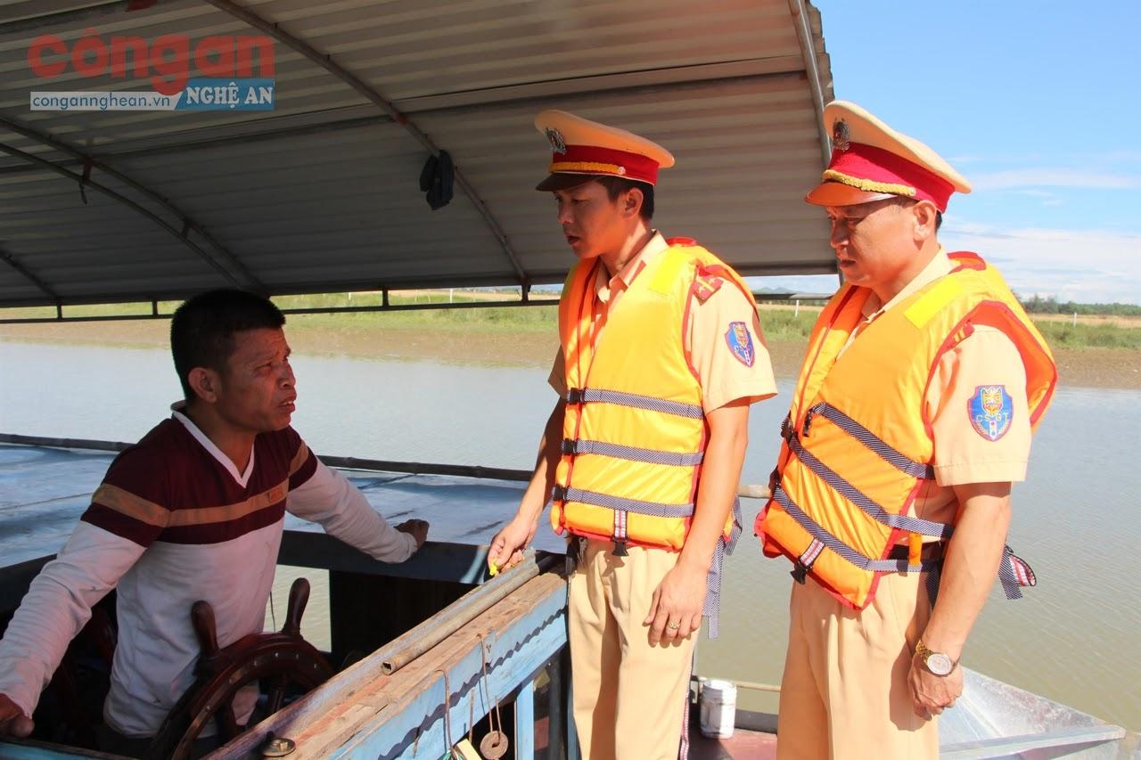 Cán bộ Đội Cảnh sát Đường thủy thuộc Phòng CSGT Công an tỉnh  tiến hành kiểm tra phương tiện giao thông đường thủy