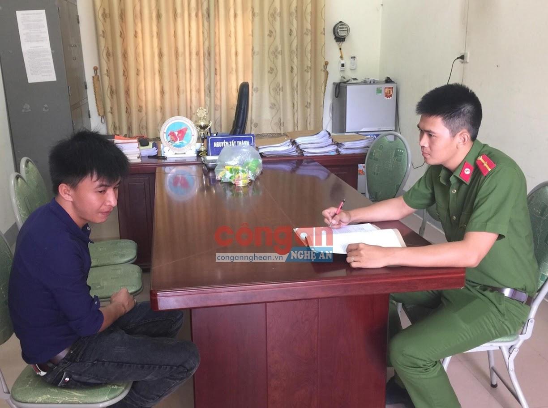Cán bộ Công an huyện Anh Sơn làm việc với một đối tượng                           trong vụ án