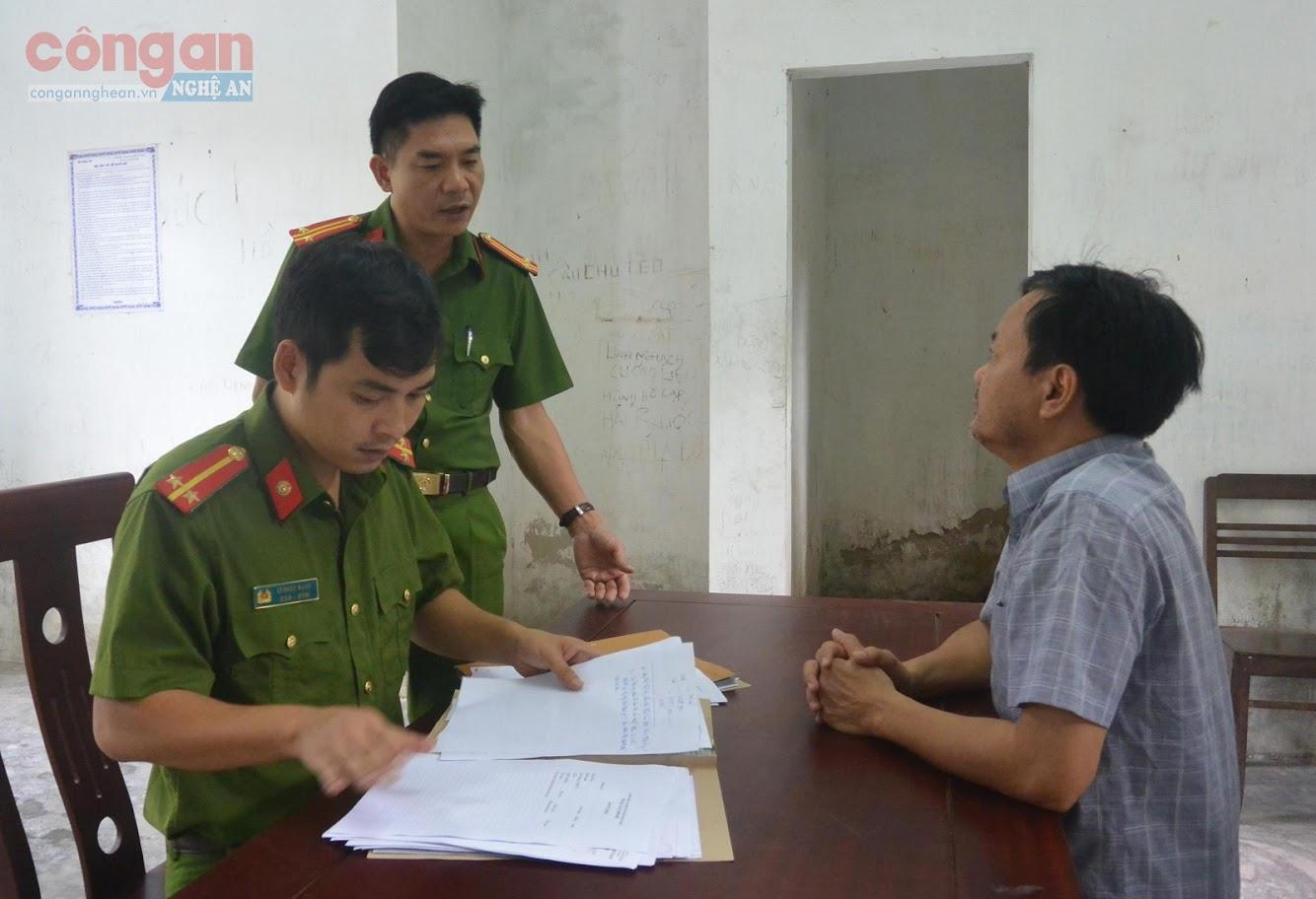 Đội Cảnh sát ĐTTP về Hình sự, Kinh tế, Ma túy lấy lời khai đối tượng vi phạm