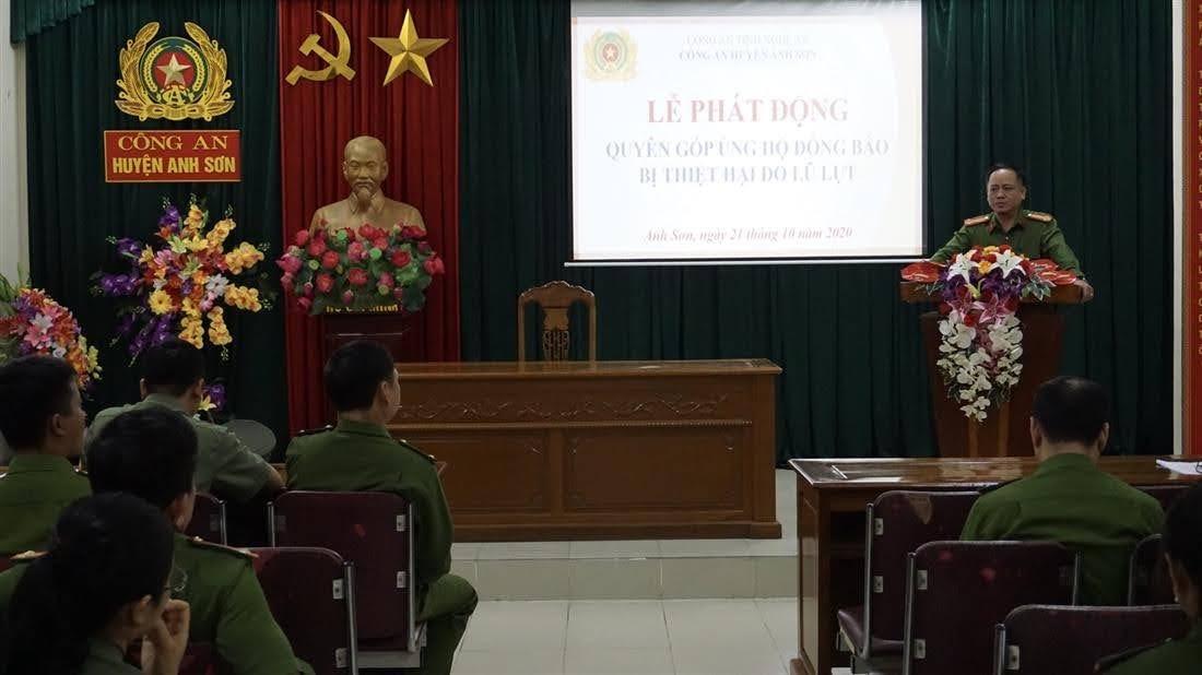 Đồng chí Thượng tá Nguyễn Hồng Tuyến, Trưởng Công an huyện Anh Sơn phát biểu phát động ủng hộ đồng bào miền Trung bị lũ lụt