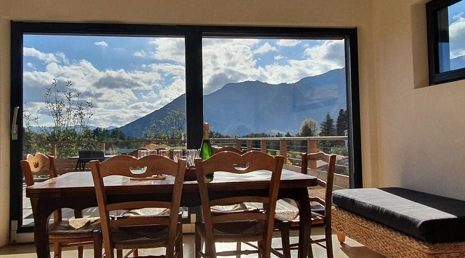 Gîte La Maison Zéro, belle vue sur les montagnes depuis le salon