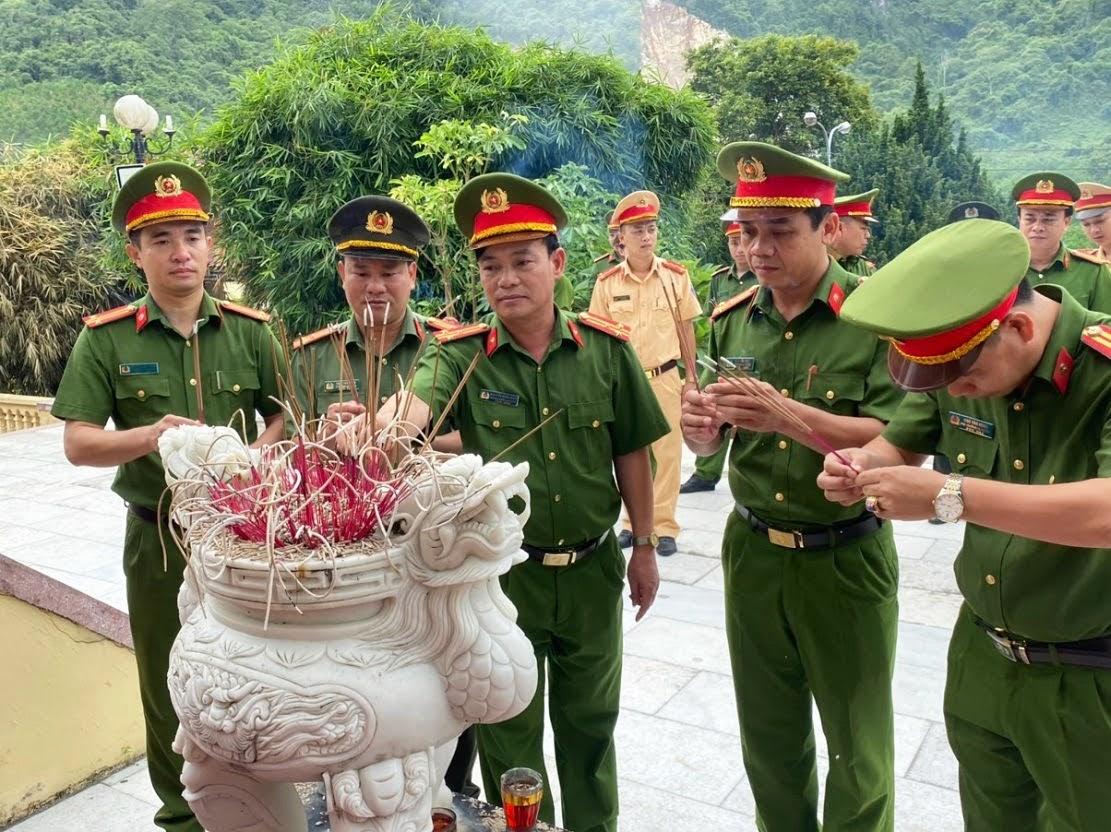 Các đồng chí Lãnh đạo, cán bộ cốt cán Công an huyện dâng hoa, dâng hương tưởng niệm các anh hùng, liệt sỹ tại Nghĩa trang liệt sỹ huyện Quỳ Châu.
