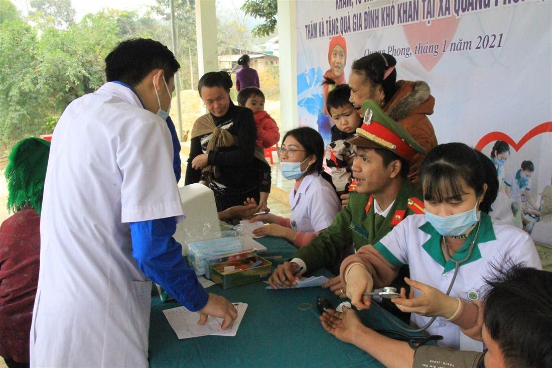 Đoàn thiện nguyện khám chữa bệnh, cấp phát thuốc cho người dân