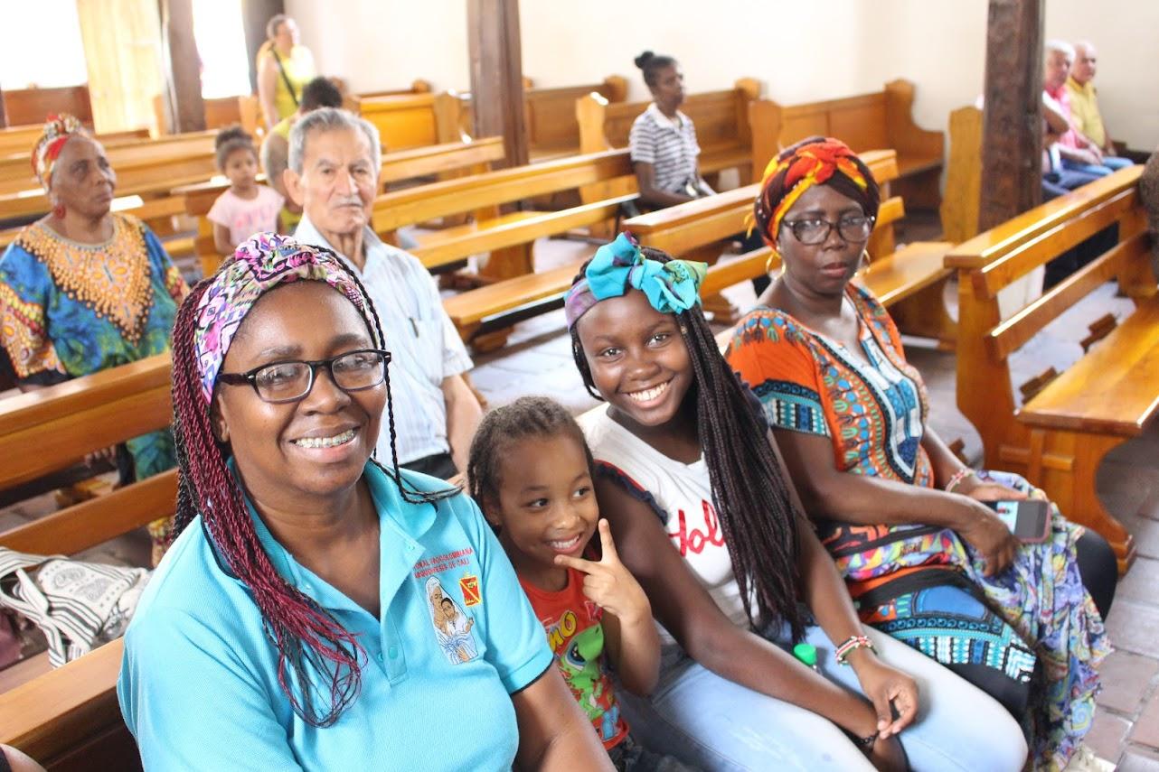 Dos madres agentes y 2 niñas de la Pastoral Afro esperan la Eucaristía inculturada en el templo de la Parroquia Nuestra Señora del Rosario, en Jamundí, en el marco de la Asamblea Arquidiocesana de Pastoral Afro 2019.