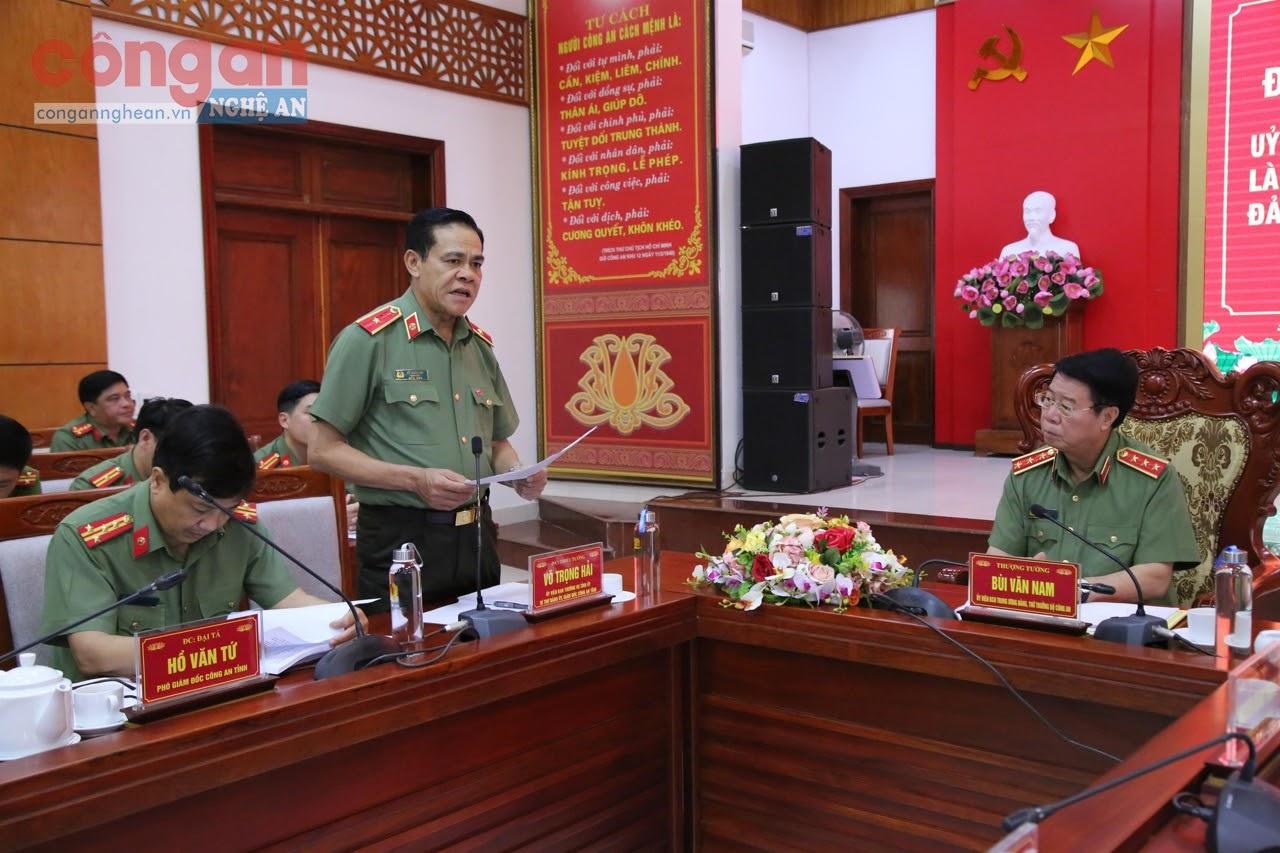 Đồng chí Thiếu tướng Võ Trọng Hải, Giám đốc Công an tỉnh báo cáo đồng chí Thứ trưởng Bùi Văn Nam về công tác đảm bảo an ninh, an toàn Đại hội