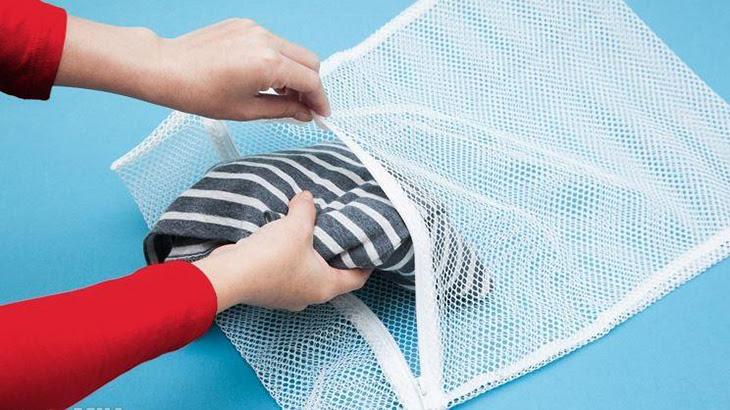 Cho quần áo vào lưới giặt