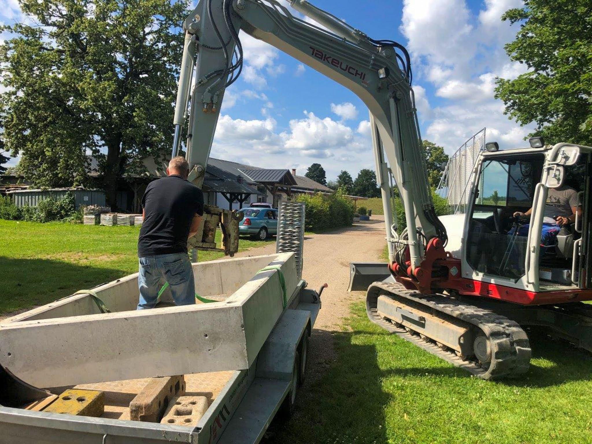 Firma Neugebauer spendet Grundform für Sandkasten