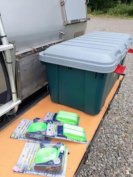 収納ボックスと荷締めベルト