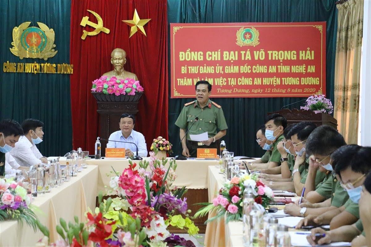 Đồng chí Đại tá Võ Trọng Hải, Bí thư Đảng uỷ, Giám đốc Công an tỉnh phát biểu tại buổi làm việc với Công an huyện Tương Dương.