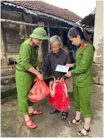 Niềm vui của bà con vùng lũ khi được nhận quà ở xã Thạch Thắng, huyện Thạch Hà, tỉnh Hà Tĩnh