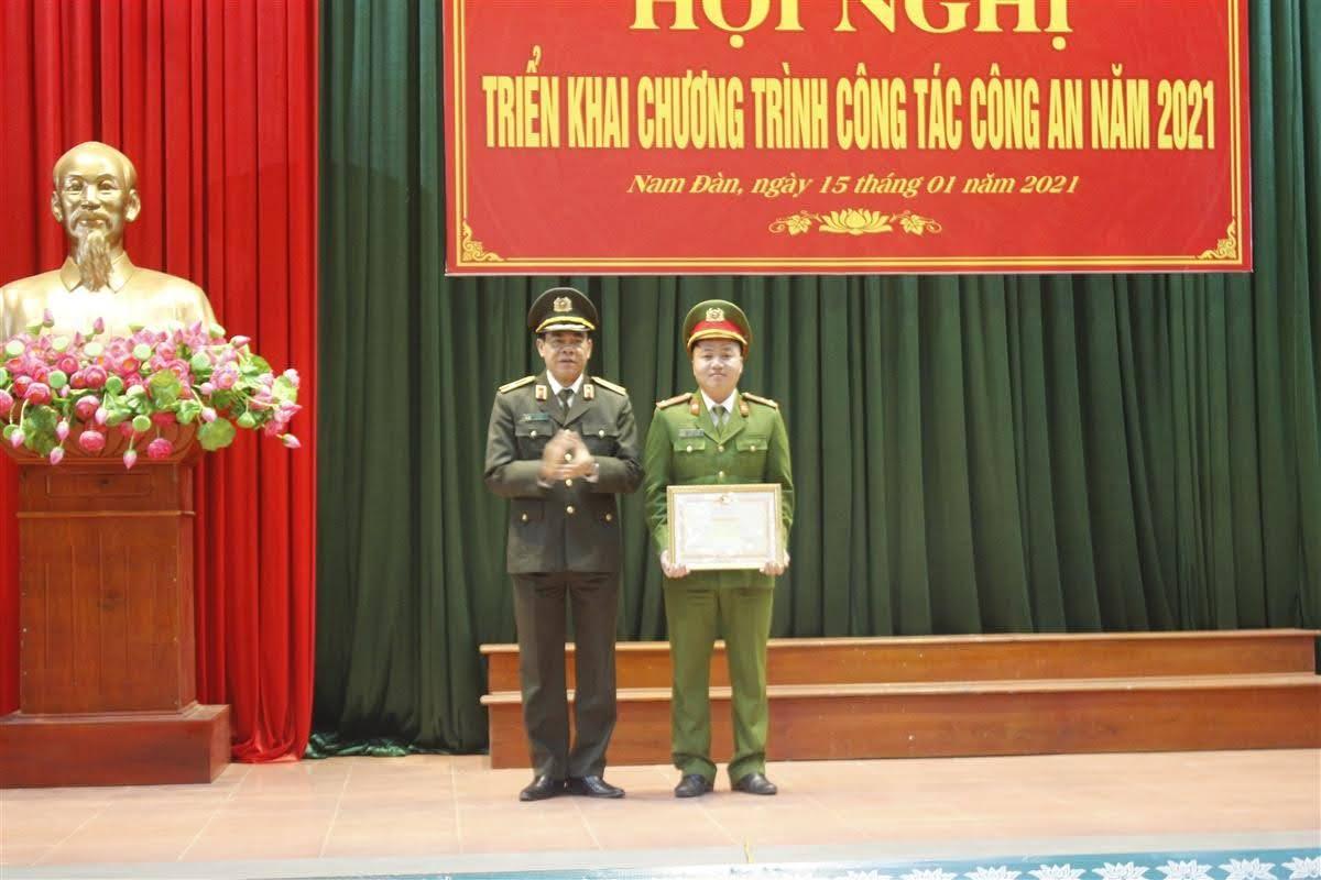 Thiếu tướng Võ Trọng Hải, Giám đốc Công an tỉnh thừa ủy quyền Bộ trưởng Bộ Công an trao tặng Bằng khen cho cán bộ Lê Văn Thắng vì đã đạt thành tích xuất sắc trong phòng chống tội phạm