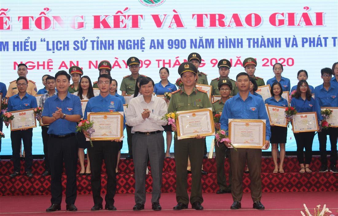 Tặng Bằng khen cho 3 tập thể vì đã có thành tích xuất sắc trong chỉ đạo, triển khai Cuộc thi