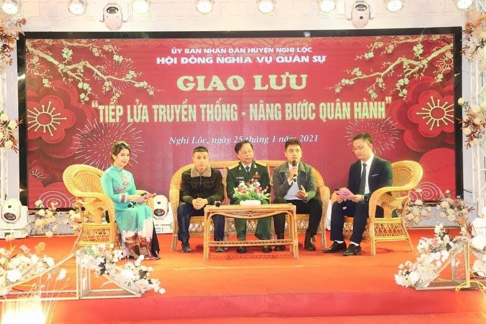 Các đại biểu giao lưu với chủ đề Tiếp lửa truyền thống, nâng bước quân hành.