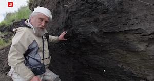 Mann vor auftauendem Permafrostboden.