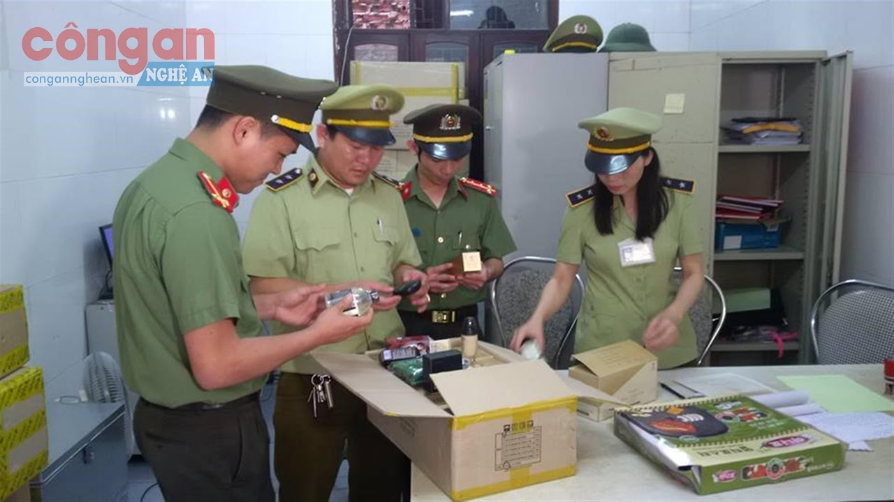 Cán bộ Cục QLTT kiểm tra số hàng hóa vi phạm thương mại  điện tử bị thu giữ
