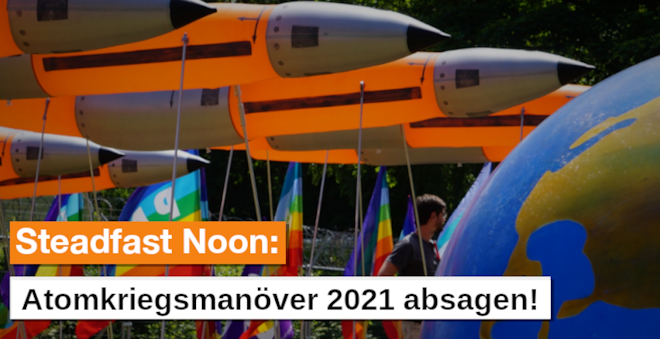 Plakat: Demofoto mit Bombenattrappe, Erdkugel, Friedensfahnen «Steadfast Noon, Atomkriegsmanöver 2021 absagen!».