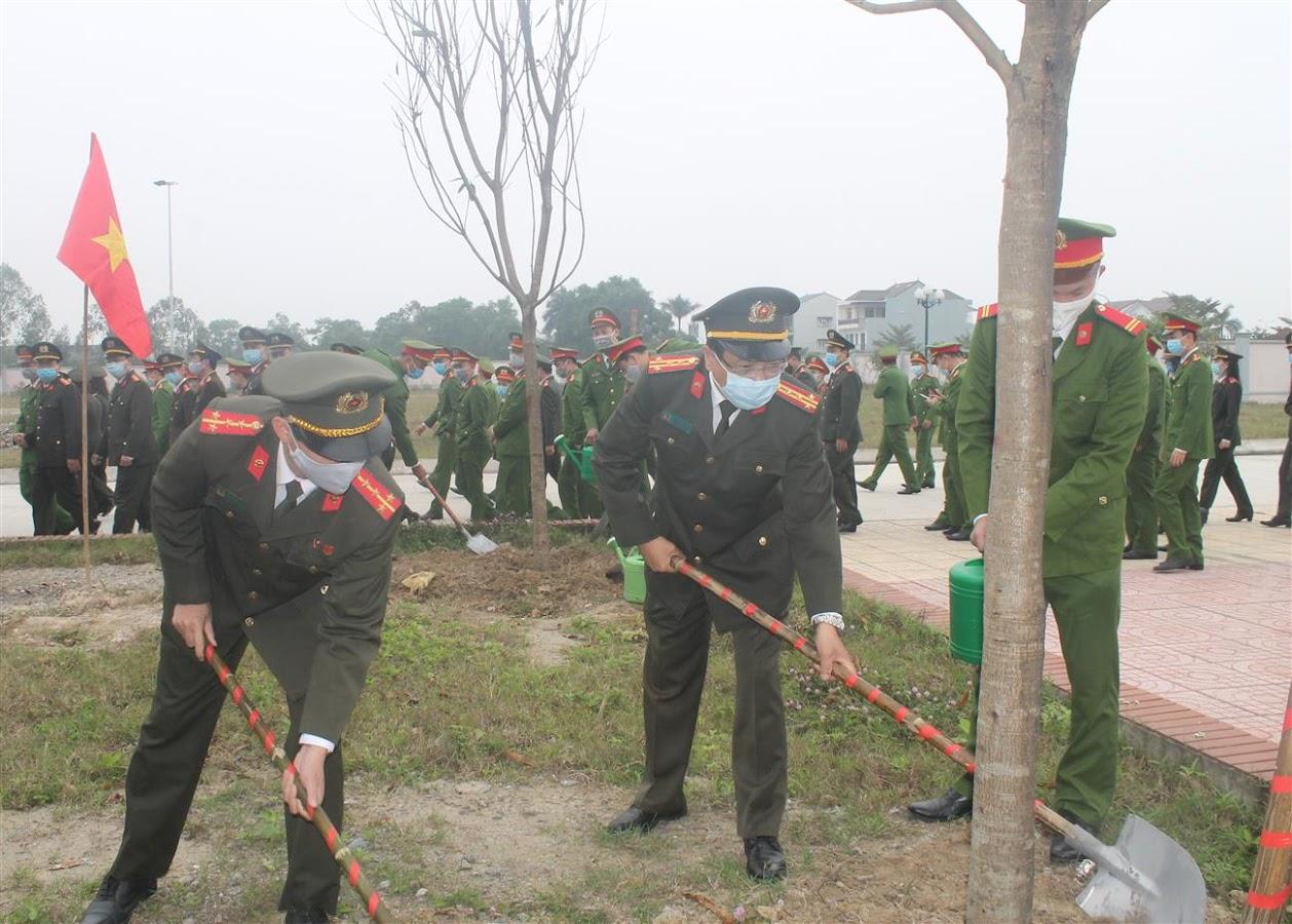 Đại tá Hồ Văn Tứ, Phó Bí thư Đảng uỷ, Phó Giám đốc Công an tỉnh tham gia trồng cây