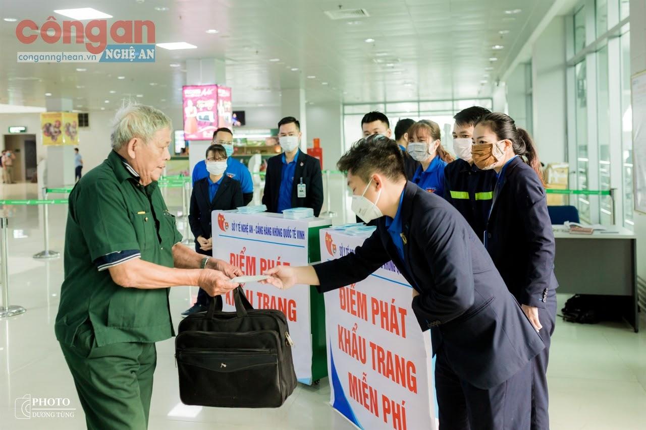 Nhiều khẩu trang được chuyển tới hành khách khi lên và hạ cánh tại Cảng hàng không Quốc tế Vinh trong thời gian dịch COVID-19 - Ảnh: Hồ Hưng