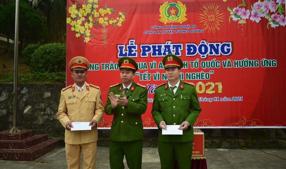 Đồng chí Thượng tá Trần Phúc Tú, Trưởng Công an huyện trao thưởng cho đại diện Ban chuyên án về đấu tranh với tội phạm ma tuý