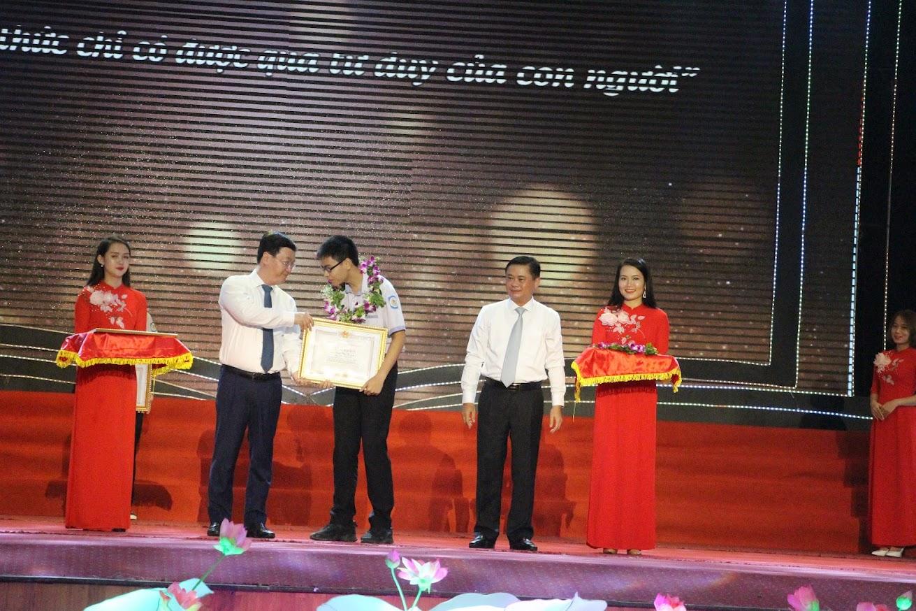 Trao thưởng cho em Trần Thế Trung (Trường THPT chuyên Phan Bội Châu) đạt giải Nhất Đường lên đỉnh Olympia năm thứ 19.
