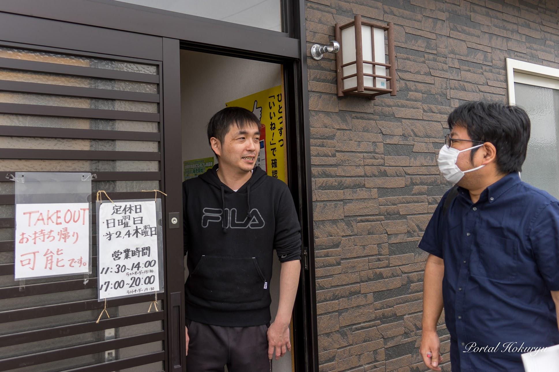 北空知新聞・嶋厚志 記者の取材に応じる店主・佐藤光男さん