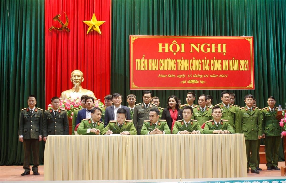 Đại diện các đội nghiệp vụ, đoàn thể và Công an xã, thị trấn ký giao ước thi đua