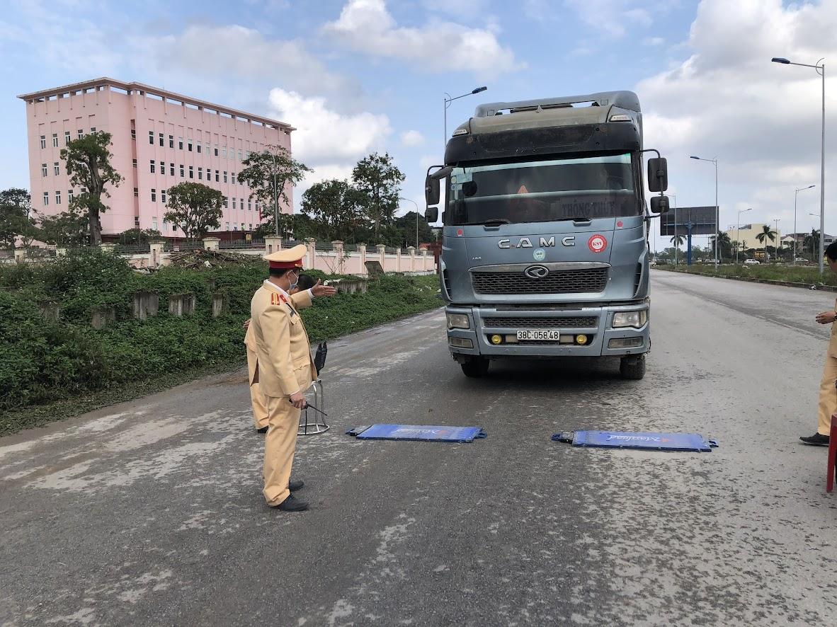 Cán bộ Đội CSGT số 4 tham gia cùng Tổ đặc biệt của Công an tỉnh xử lý tình trạng xe quá khổ, quá tải trên tuyến Quốc lộ 15A