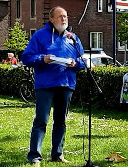 Joachim Schramm am Mikrofon.
