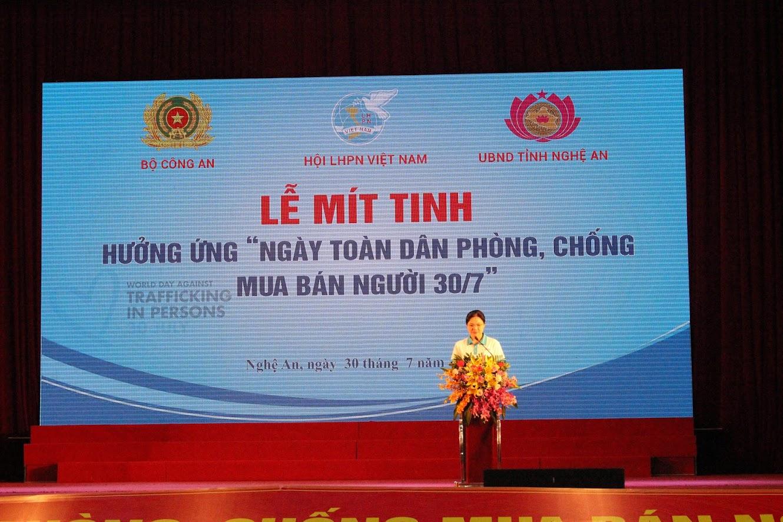 Bà Hà Thị Nga, Bí thư Đảng đoàn, Chủ tịch Hội LHPN Việt Nam phát biểu khai mạc lễ mít tinh