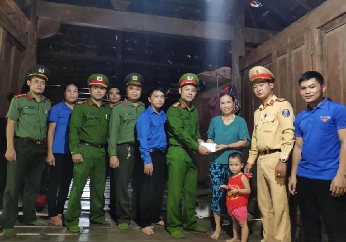 Đoàn Thanh niên Công an huyện Quỳ Châu tặng quà cho người có công với cách mạng.