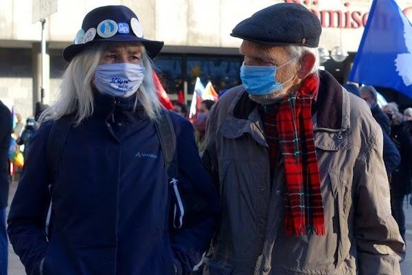 Erasmus mit Paula Keller in Coronamontur während der Friedenskundgebung am 5. Dezember 2020 auf dem Roncalliplatz in Köln.