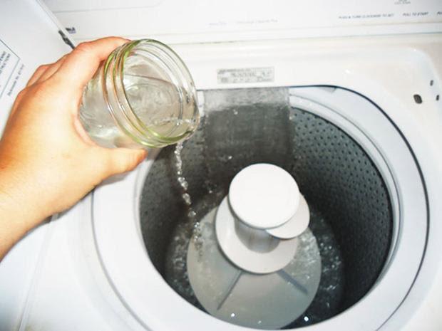 đổ trực tiếp hỗn hợp bột baking soda và giấm ăn vào lồng giặt