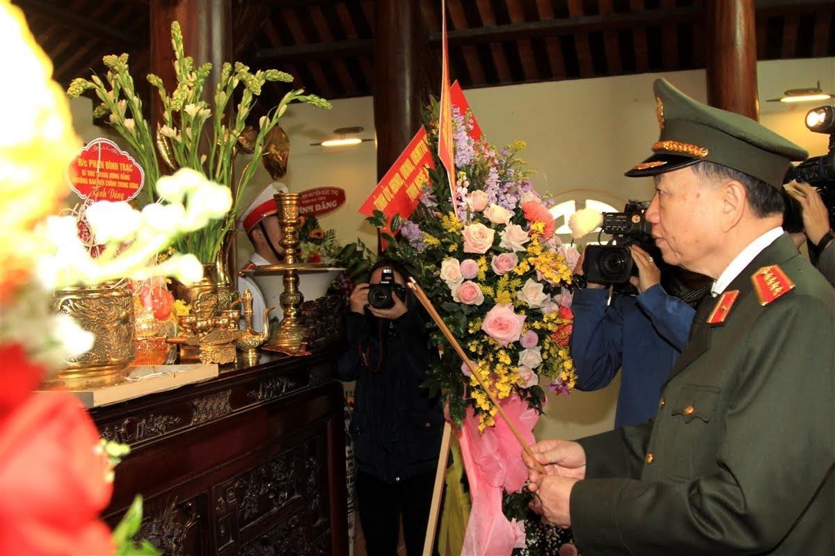 Đại tướng Tô Lâm, Ủy viên Bộ Chính trị, Bí thư Đảng ủy Công an Trung ương, Bộ trưởng Bộ Công an dâng hương tại Nhà tưởng niệm của Đồng chí Trần Quốc Hoàn.