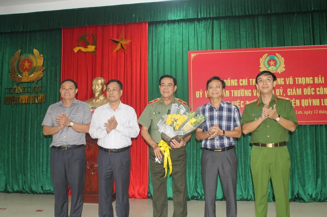 Các đồng chí trong BTV Huyện ủy tặng hoa chúc mừng đồng chí Thiếu tướng Võ Trọng Hải ra thăm và làm việc tại Quỳnh Lưu