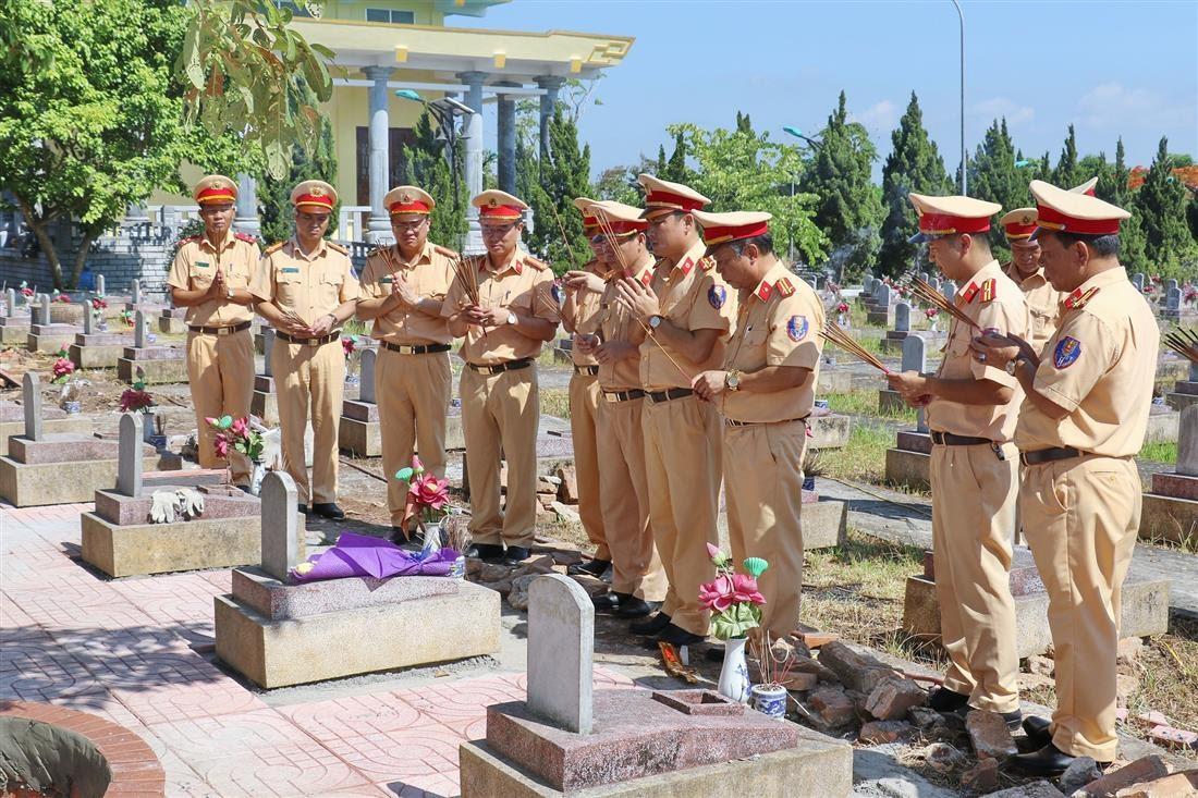 Đoàn công tác bày tỏ lòng thành kính, biết ơn vô hạn đối với công lao to lớn của các anh hùng liệt sỹ đã hiến dâng cuộc đời cho sự nghiệp cách mạng, cho độc lập, tự do của Tổ quốc tại Nghĩa trang liệt sỹ Việt-Lào huyện Đô Lương.