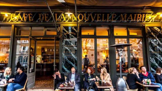 エミリー、パリへ行く 家のすぐ近くのカフェ