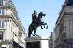 エミリー、パリへ行く Make a phone call Statue of Louis XIV