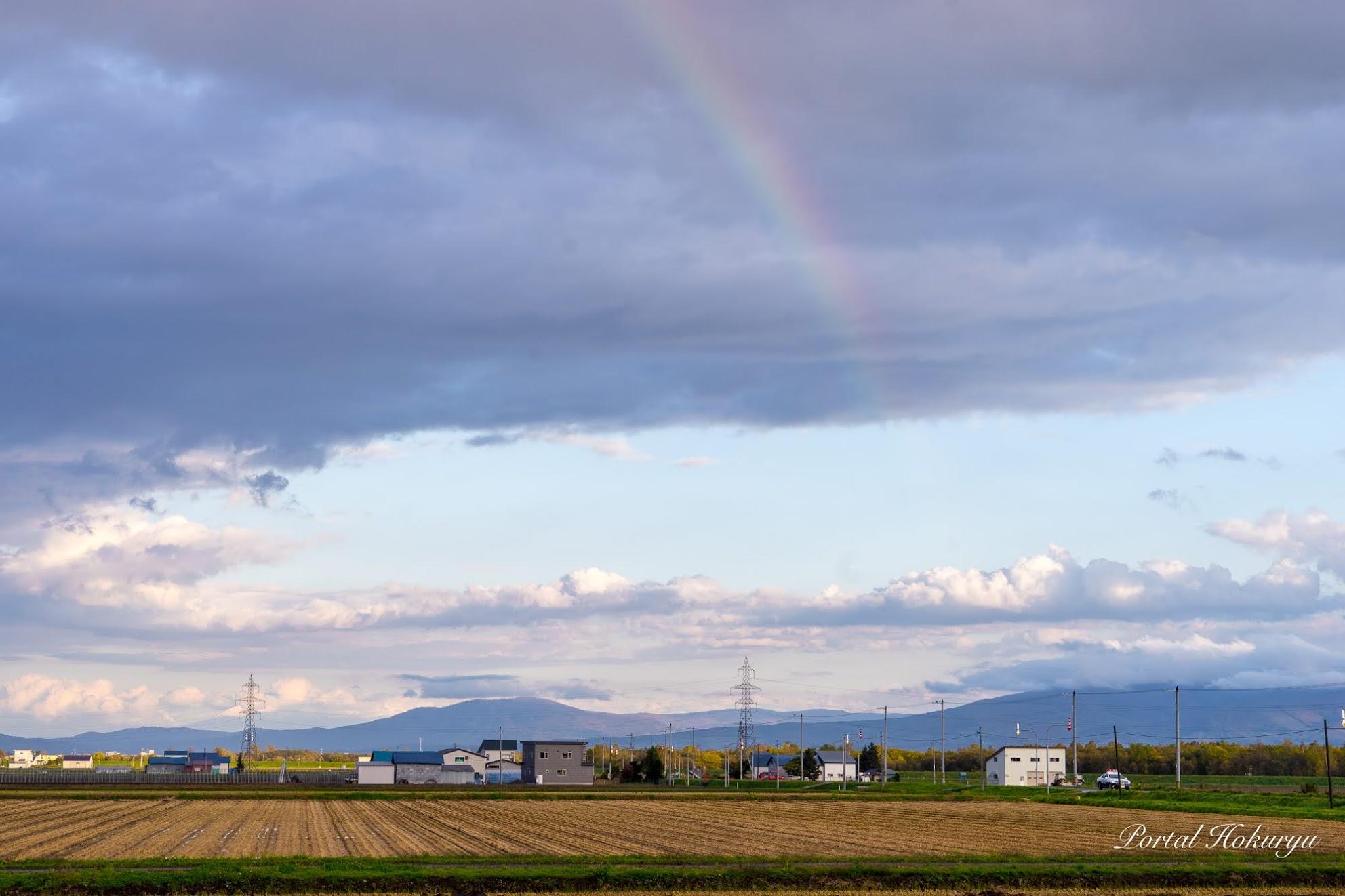 グレーな雲にかかる虹