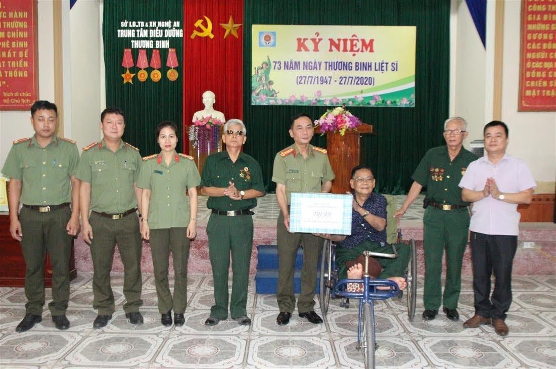 Đoàn công tác tặng quà tại Trung tâm điều dưỡng thương binh.
