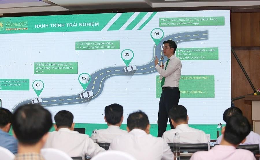 Đại diện Tập đoàn Mai Linh giới thiệu về mô hình xe taxi công nghệ và tầm nhìn chiến lược trong việc ứng dụng công nghệ vào hoạt động vận hành và phục vụ khách hàng