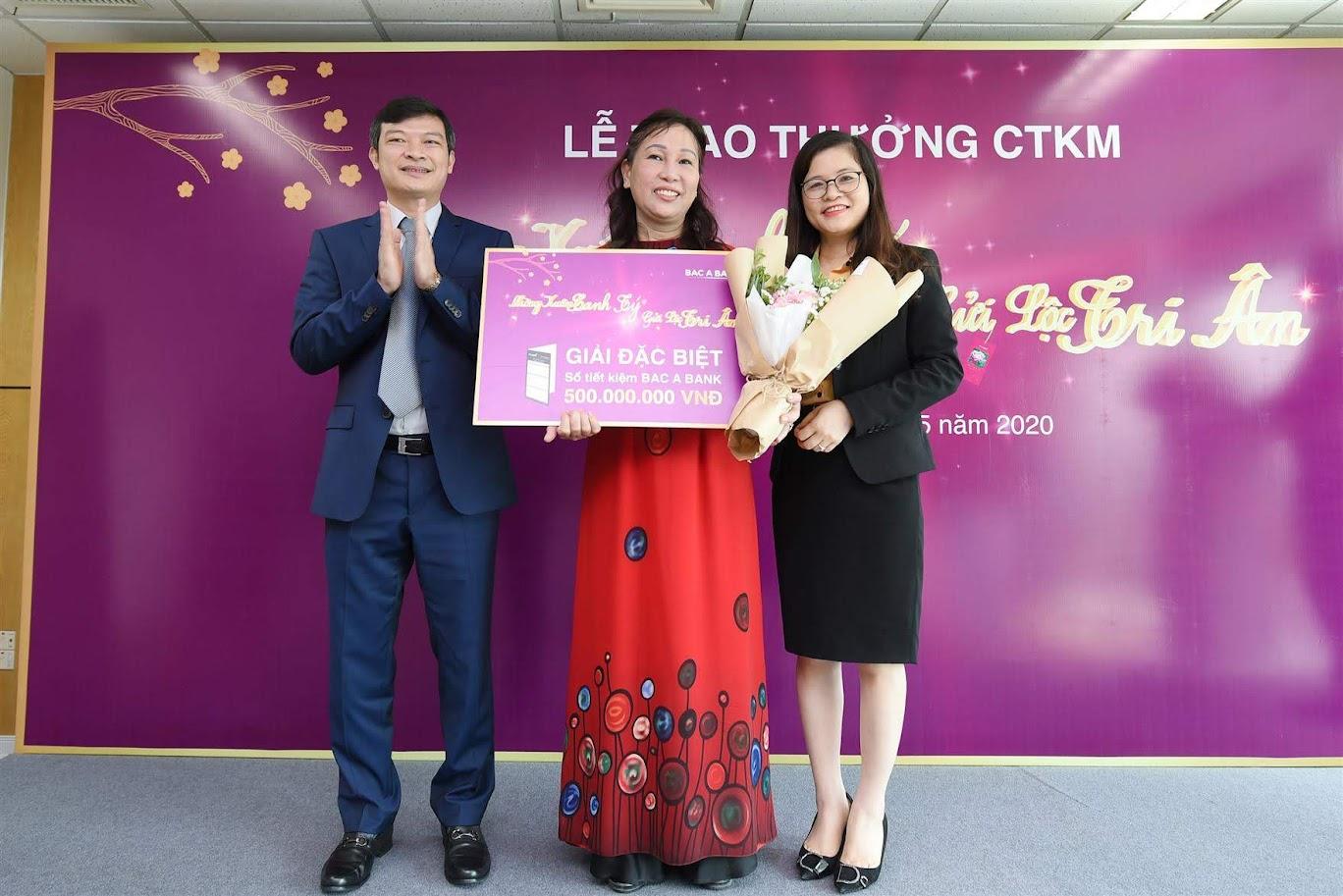 Đại diện Ngân hàng TMCP Bắc Á trao giải Đặc biệt cho Khách hàng Nguyễn Thị Thuý Hà