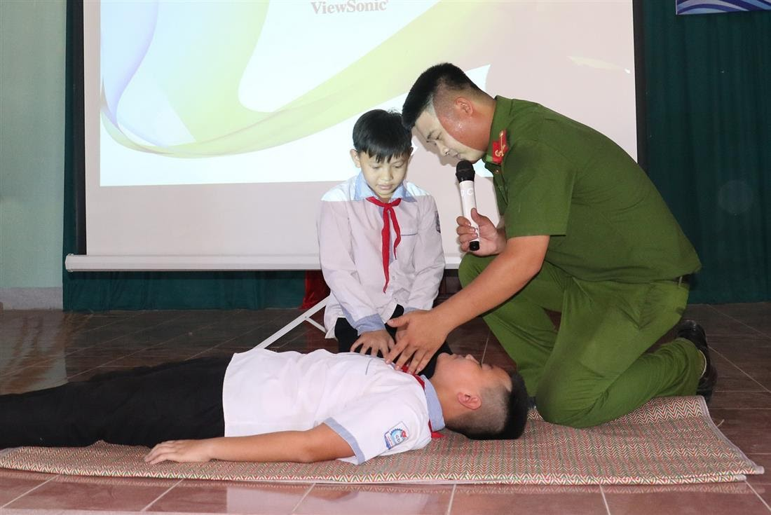 Hướng dẫn các em học sinh kỹ năng sơ cứu người bị nạn