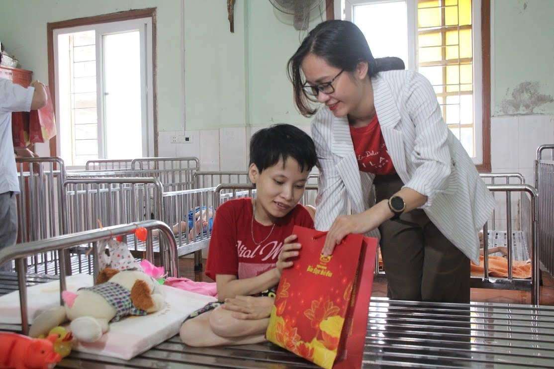 Đại Công ty TNHH Hùng Dương – Bánh Bảo Ngọc Sài Gòn trao bánh trung thu cho các em tại Trung tâm