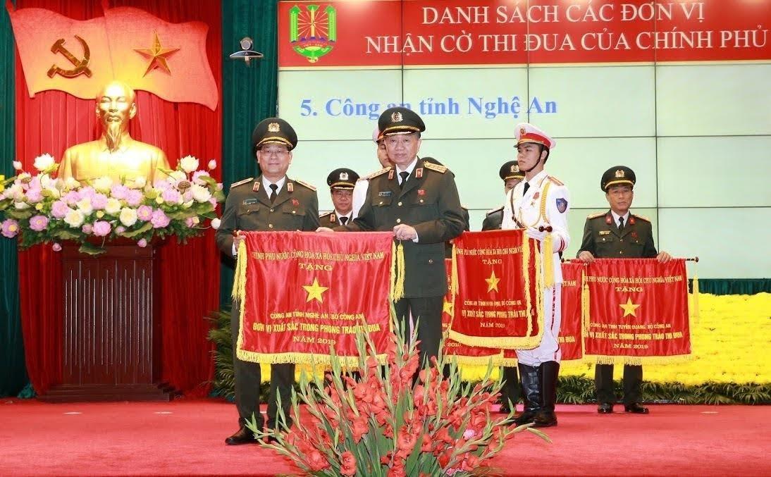 Đồng chí Đại tướng Tô Lâm, Ủy viên Bộ Chính trị, Bộ trưởng Bộ Công an thừa ủy quyền  Thủ tướng Chính phủ tặng Cờ thi đua xuất sắc cho Công an Nghệ An (năm 2019)